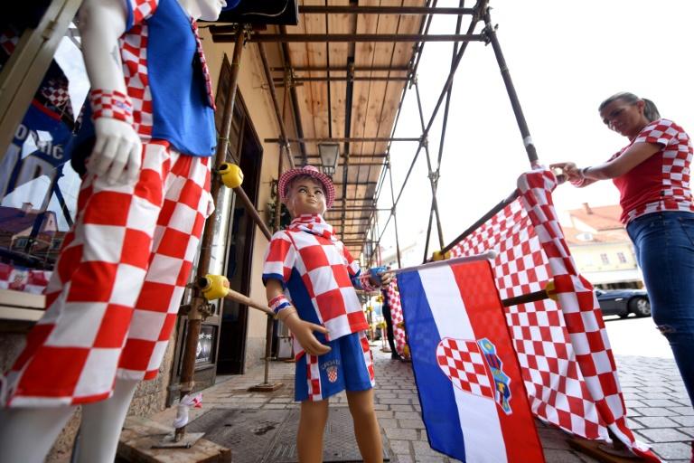 Une supportrice achète un maillot de football aux couleurs de la Croatie à la veille de la finale du Mondial-2018 contre la France, le 14 juillet 2018 à Zagreb