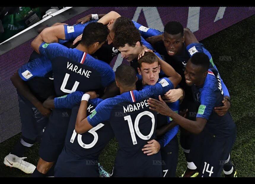 Les Bleus communient après l'ouverture du score de Samuel Umtiti. Photo Jewel SAMAD/AFP