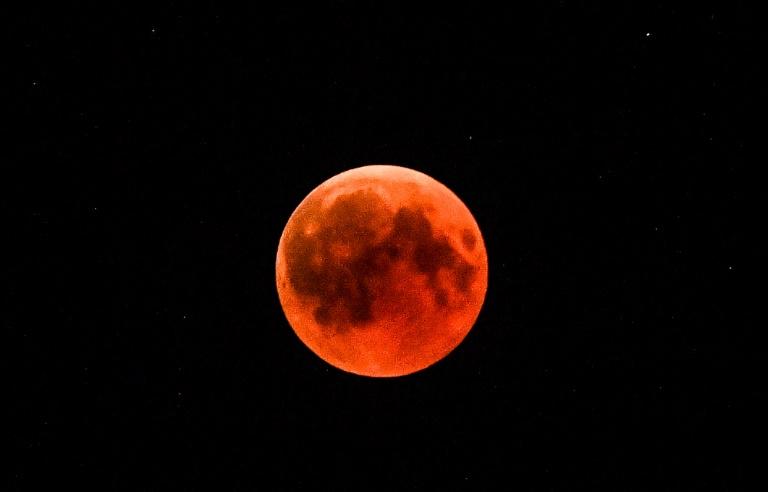 A travers la plupart du monde on pouvait observer la lune se teinter de rouge, comme à Berlin, le 27 juillet 2018