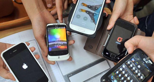 """Le Sénat a voté lundi une proposition de loi de députés LREM visant à une """"interdiction effective"""" des téléphones portables dans les écoles et collèges à la rentrée prochaine."""