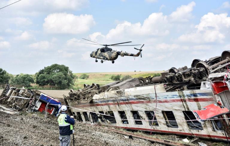 Un hélicoptère survole le 9 juillet 2018 le site où un train a déraillé dans la région de Tekirdag en Turquie