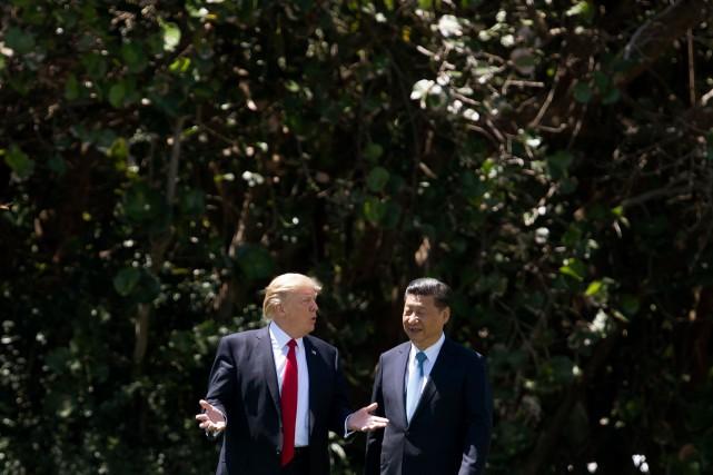 Le président américian Donald Trump et son homologue chinois Xi Jinping discutent ensemble à Mar-a-lago / AFP