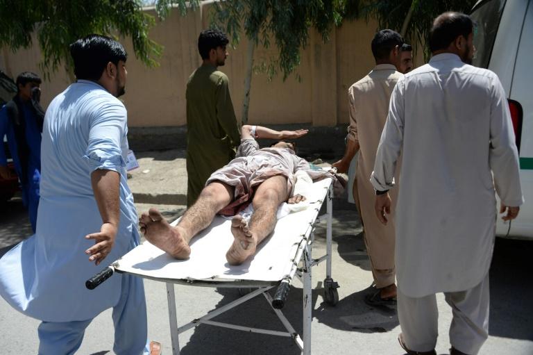 Les forces de sécurité bloquent une rue près du lieu d'une attaque à Jalalabad (nord-est de l'Afghanistan) le 31 juillet 2018.