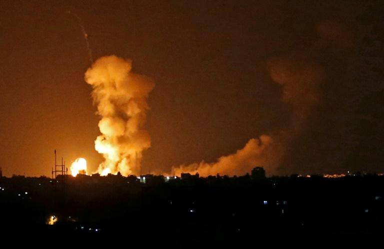 Une boule de feu s'élève dans le ciel de la ville de Gaza après un bombardement israélien, le 20 juillet 2018