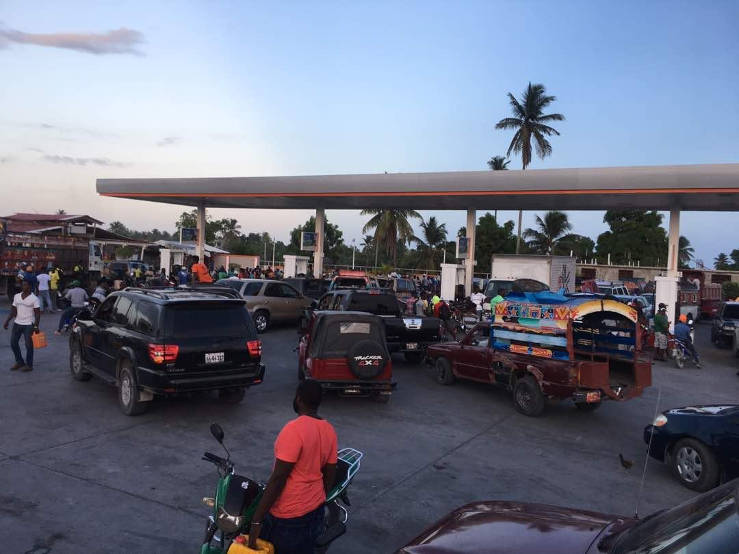 Dans une pompe à essence, aux Cayes, après la nouvelle de l'augmentation des prix des produits pétroliers