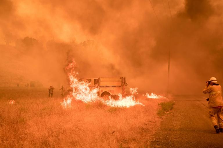 Des pompiers luttent contre un incendie près de Clearlake Oaks, le 1er juillet 2018 en Californie