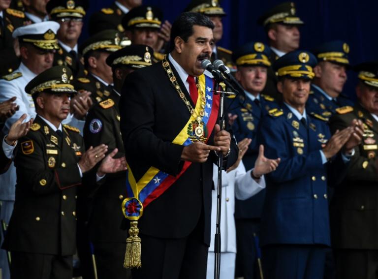 Le président vénézuélien Nicolas Maduro (c) le 4 août 2018 à Caracas lors d'une cérémonie militaire au cours de laquelle il est sorti indemne d'un attentat aux drones