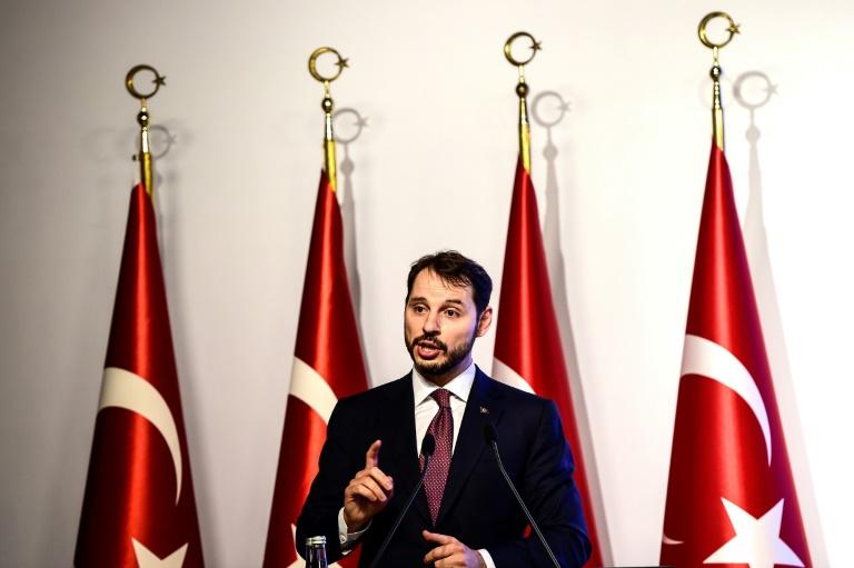 Le président turc Recep Tayyip Erdogan salue ses partisans, le 12 août 2018 à Trabzon, sur la mer Noire