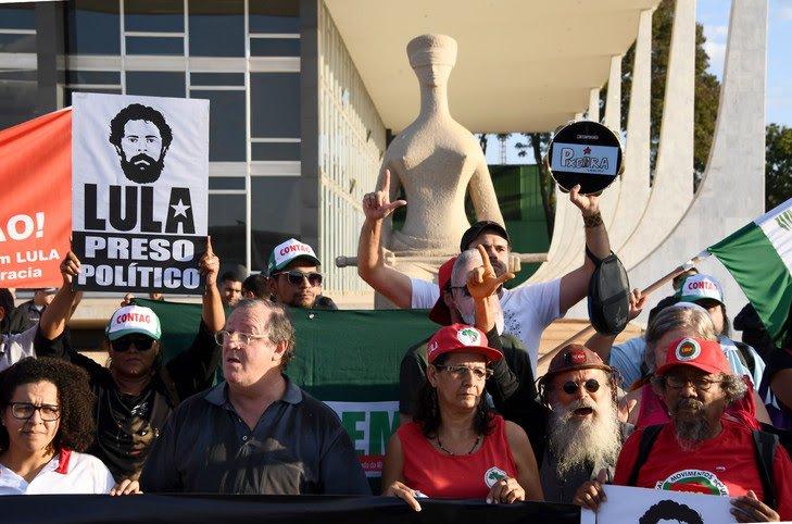 Des partisans de l'ancien président brésilien Luiz Inacio Lula da Silva manifestent contre son emprisonnement devant la Cour suprême, le 31 mai 2018 à Brasilia