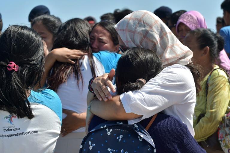 Des touristes évacués des îles de Gili arrivent au port de Bangsal, le 7 août 2018 après un séisme sur l'île de Lombok, en Indonésie