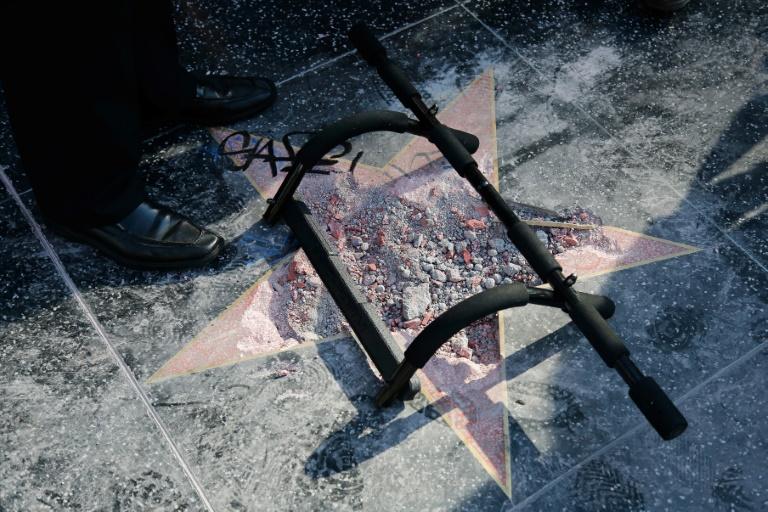 """L'étoile de Donald Trump vandalisée, sur la fameuse """"Walk of Fame"""", à Hollywood, photographiée le 25 juillet 2018"""