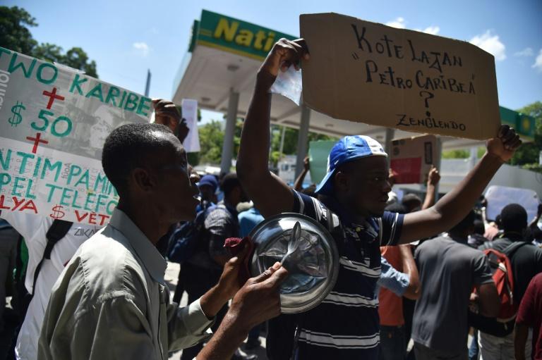Des manifestants à Port-au-Prince, le 24 août 2018 après un appel à la mobilisation lancé sur les réseaux sociaux pour dénoncer la corruption et la gestion opaque des fonds prêtés à Haïti par le Venezuela depuis plus d'une décennie