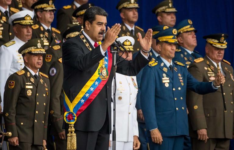 Le président vénézuélien Nicolasr Maduro (G) le 4 août 2018 à Caracas lors d'une cérémonie militaire au cours de laquelle il est sorti indemne d'un attentat aux drones