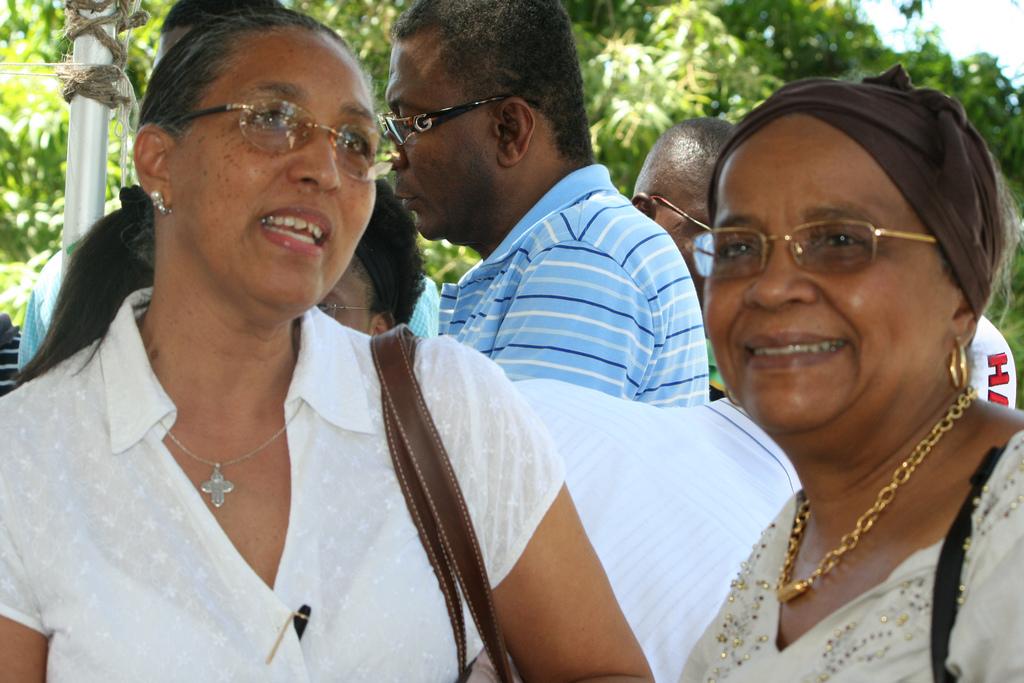 A gauche, Mikaelle Amédée Gédéon, ancienne ministre de la Santé et de la population. accompagnée de Madame Mirlande Manigat/Photo: SingalFM