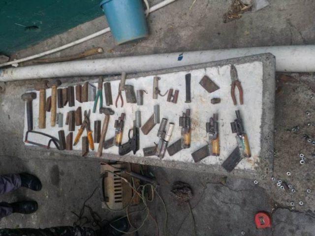 Deux Haïtiens arrêtés en RD pour avoir fabriqué des armes artisanales. Photo:  Diari Diario