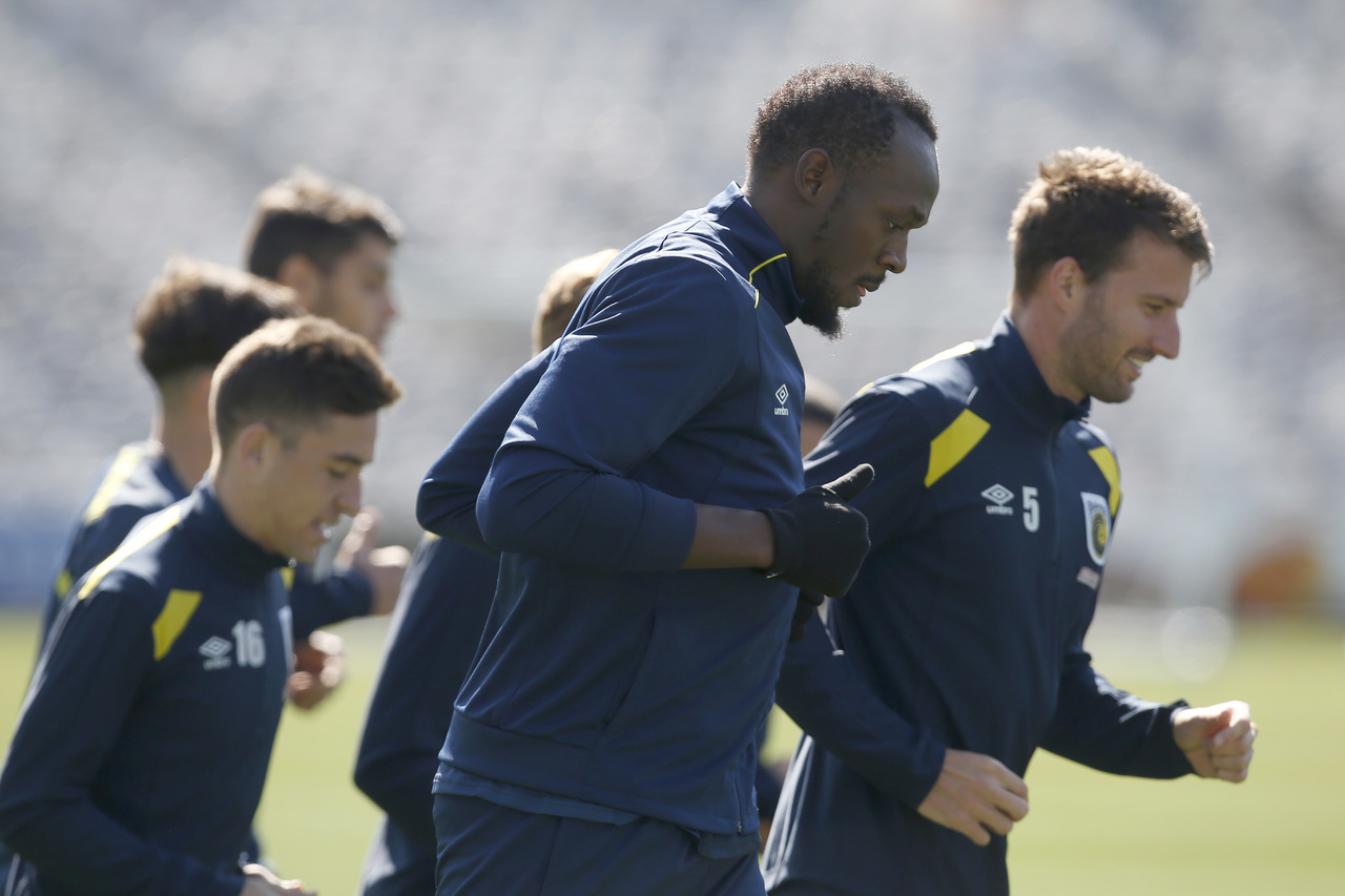 Usain Bolt (centre) trains with the Central Coast Mariners soccer team in Newcastle, Australia, Tuesday. (AP Photo)