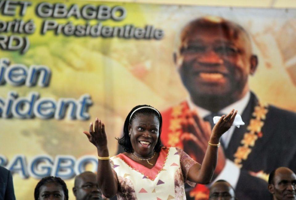 Simone Gbagbo, le 15 janvier 2011, danse devant un portrait de son mari, le président ivoirien Laurent Gbagbo, lors d'un meeting électoral à Abidjan. Photo Issouf SANOGO. AFP