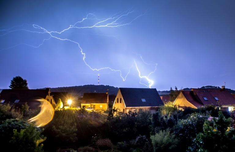 La canicule a laissé la place à des orages et des fortes pluies qui frappaient jeudi l'Est et le centre de l'Hexagone, avec 27 départements placés sous vigilance orange.