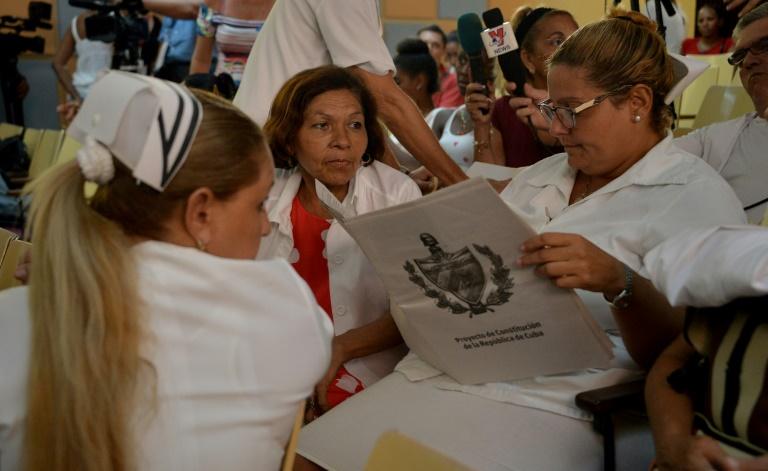 Une infirmière lit le projet de nouvelle constitution, pendant le débat populaire qui a débuté le 13 août, à la polyclinique Nguyen Van Troi, à La Havane, à Cuba