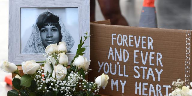 Des fleurs posées sur l'étoile d'Aretha Franklin sur le Hollywood Walk of Fame dès le 16 août, après l'annonce de son décès.  © Mark RALSTON / AFP
