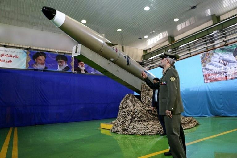 Une photo fournie par le ministère de la Défens eiranien montre le ministre de la Défense, Amir Hatami, devant un missile de courte portée de nouvelle génération dévoilé à Téhéran