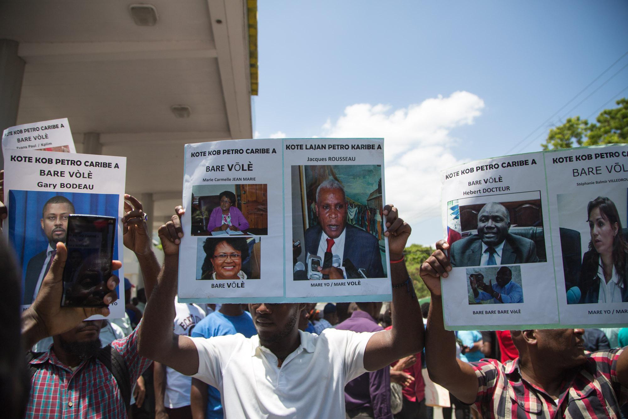 Des citoyens haïtiens continuent de demander des comptes sur l'utilisation des 3,5 millards de dollars dépensés sous les administrations Préval, Privert et Martelly./Photo: Estailove Saint-Val-Loop Haiti