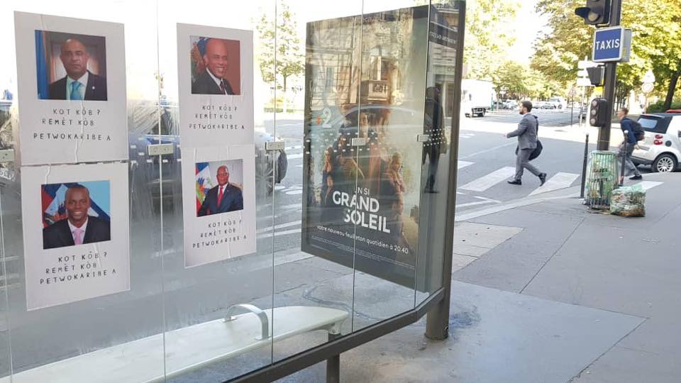 """Sur des images parvenues à la rédaction de Loop Haiti ce lundi matin,on voit s'afficher sur les vitrines d'un arrêt de bus, en plein coeur de Paris, les photos portant la question """"Où est l'argent de Petrocaribe?"""""""