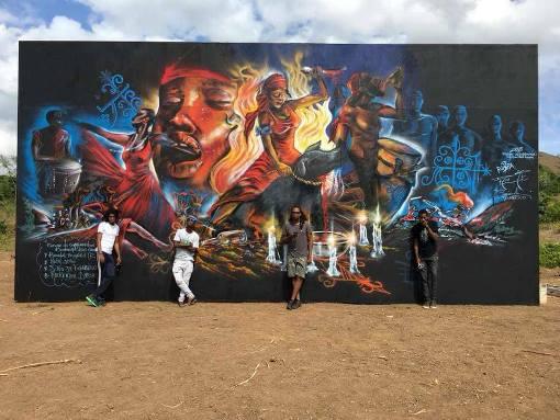 Les etudiants de l'Enarts poses devant la fresque sur le site du Bois-Caiman