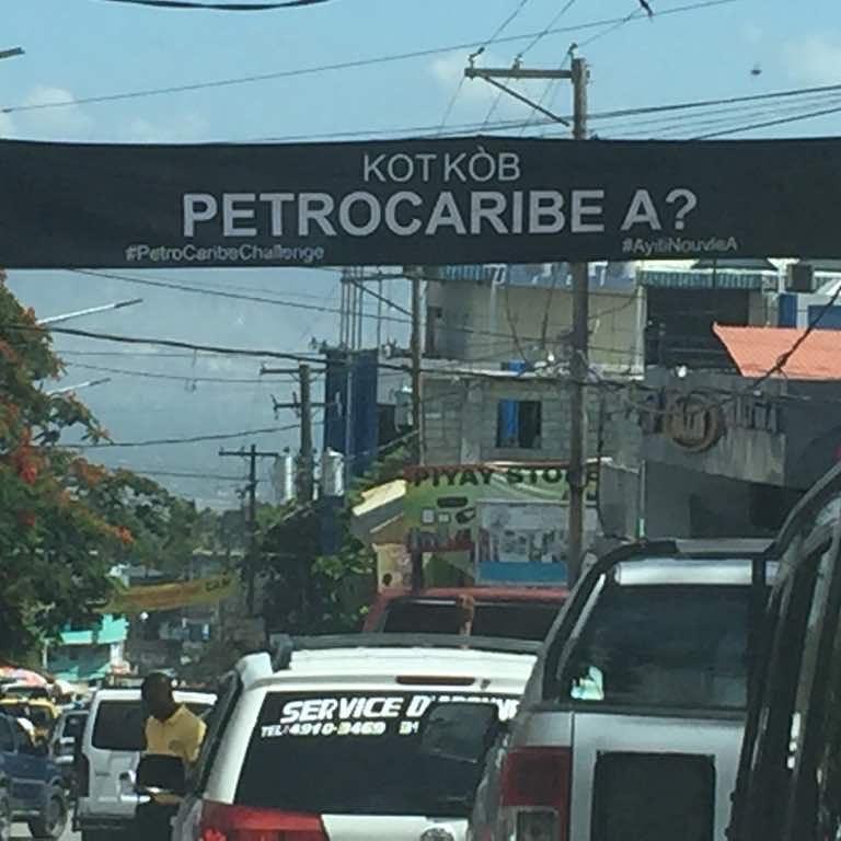 Une des banderoles placées par les initiateurs du Petrocaribechallenge