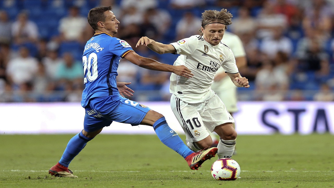 Real Madrid's Luka Modric, right, fights for the ball with Getafe's Nemanja Maksimovic during a Spanish La Liga football match at the Santiago Bernabeu stadium in Madrid, Sunday, Aug. 19, 2018.