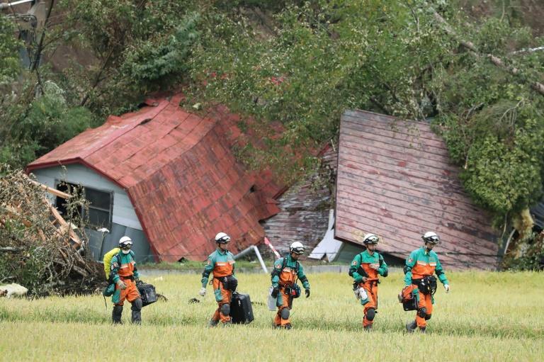 Une équipe de secours de la police japonaise dans la localité d'Astuma touchée par le séisme qui a frappé le nord du Japon, le 9 septembre 2018.
