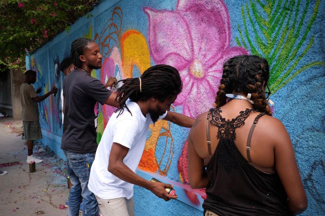 Des graffeurs locaux et étrangers sur les murs du Centre d'art, rue Roy, P-au-P, à l'occasion du lancement de la troisième édition de Festi Graffiti