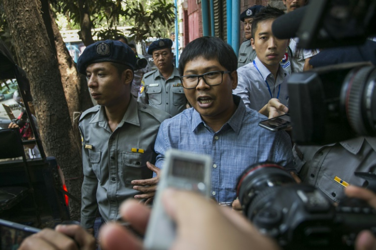 La police birmane emmène les deux journalistes de Reuters après leur condamnation à sept ans de prison pour atteinte au secret d'Etat, sous les yeux de la presse, à Rangoun le 3 septembre 2018