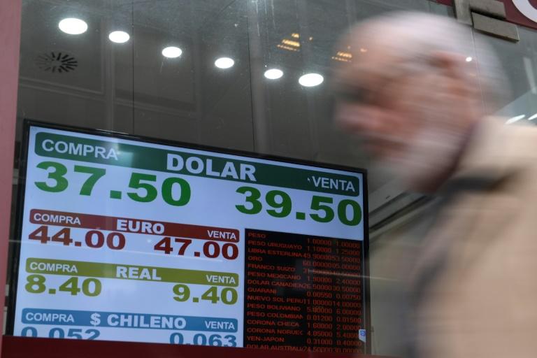 Les taux de changes affichés dans un bureau de change à Buenos Aires, le 3 septembre 2018