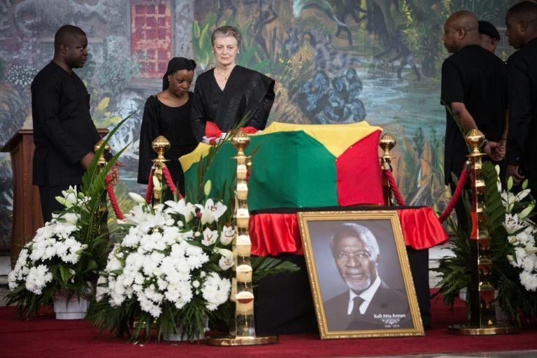 Le cercueil de Kofi Annan est soulevé dans le Centre international de conférences d'Accra, où ont lieu les funérailles nationales de l'ancien secrétaire général de l'ONU