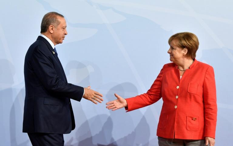 La chancelière allemande Angela Merkel accueille le président turc Recep Tayyip Erdogan à son arrivée au sommet du G20 à Hambourg, le 7 juillet 2017