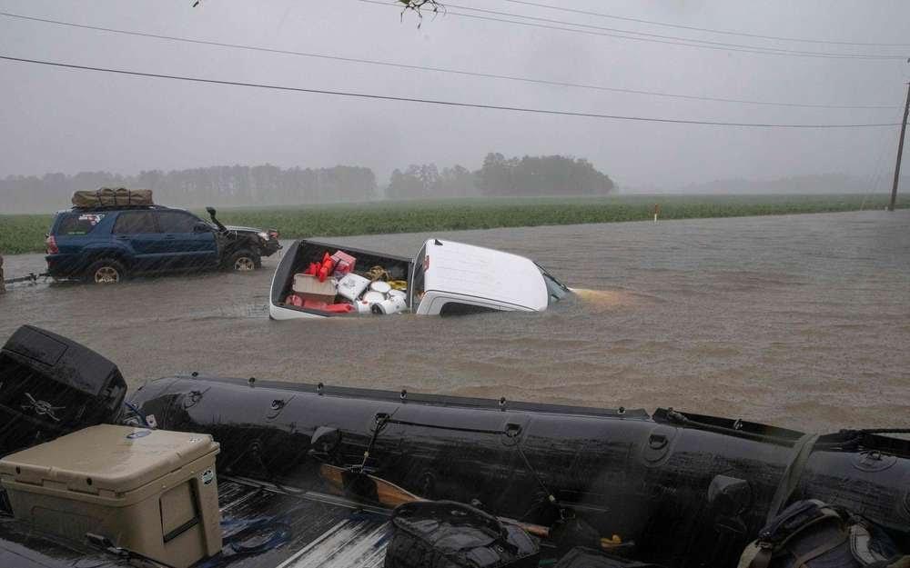 Une voiture abandonnée sur uen route inondée près de New Bern, ville de Caroline du Nord, le 14 septembre 2018 après le passage de l'ouragan Florence sur la côte sud-est américaine