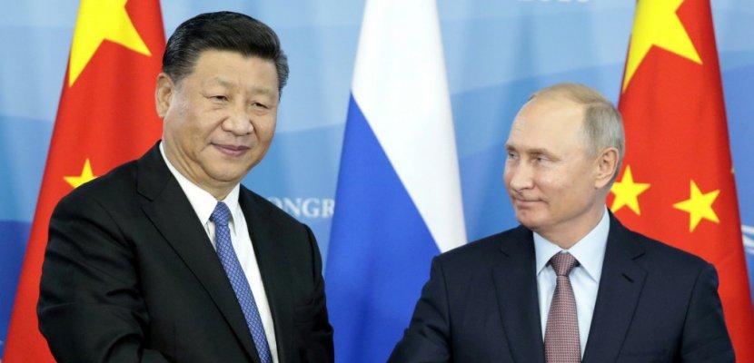 Le président russe Vladimir Poutine (d) et son homologue chinois Xi Jinping, lors d'un forum économique à Vladivostok le 11 septembre 2018 - SERGEI CHIRIKOV [POOL/AFP/Archives]