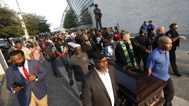 Protesters carried casket outside NFL game for Botham Jean | Loop News