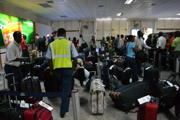 Des passagers accompagnés de leurs bagages dans un aéroport international de Toussaint Louverture à Port-au-Prince/ Illustration : News Amwe.com