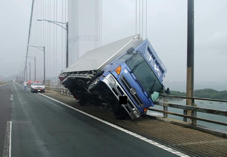 Un camion retourné sur un pont de Sakade, au Japon, dans une photo diffusée par la police préfectorale de Kagawa