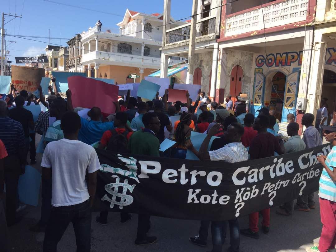 Des jeunes manifestants dans le cadre du mouvement PetrocaribeChallenge