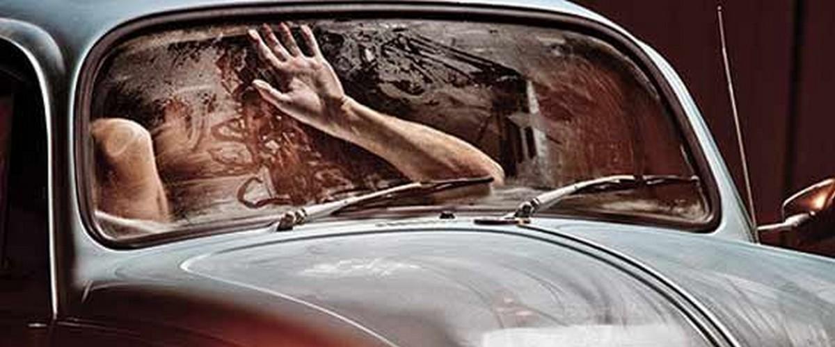 Les policiers ont fait payé le couple surpris dans la voiture. Photo: Affaires de gars