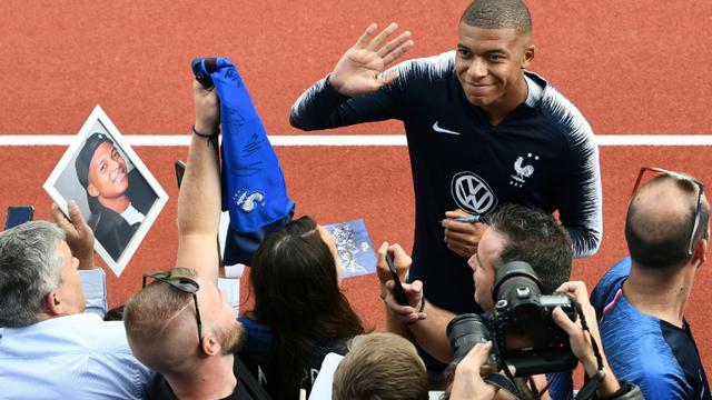 L'attaquant des Bleus Kylian Mbappé (c) salue les supporters aux centre d'entraînement de Clairefontaine-en-Yvelines, le 3 septembre 2018