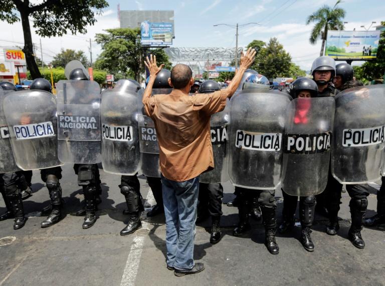 Un manifestant nicaraguyaen s'oppose aux policiers anti-émeutes, à Managua le 15 septembre 2018