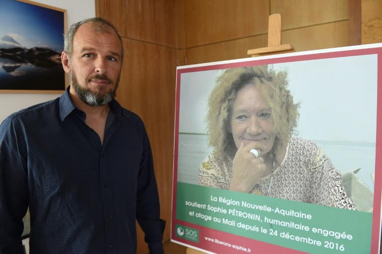 Sébastien Chadaud-Pétronin pose près d'une photo de sa mère, la Française Sophie Pétronin, otage au Mali depuis plus de 20 mois, le 29 août 2018 à Bordeaux