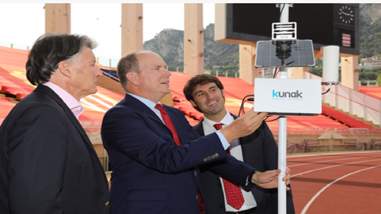 HSH Prince Albert II switches on the air quality monitoring device. (PHOTO: IAAF)