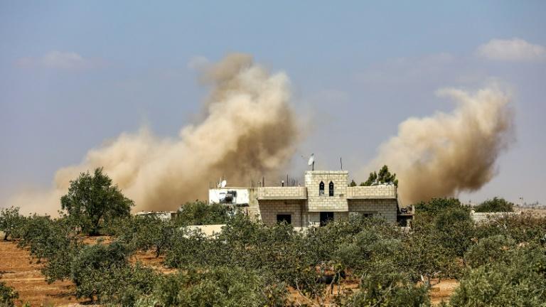 De la fumée causée par un bombardement de l'armée syrienne dans les environs d'al-Tamana, dans la province d'Idleb, le 6 septembre 2018.