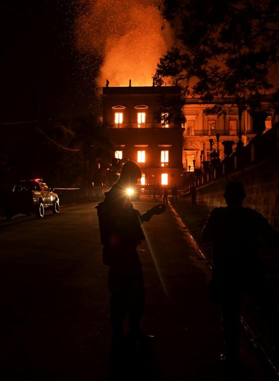 Un gigantesque incendie ravage le Musée national de Rio de Janeiro le 2 septembre 2018
