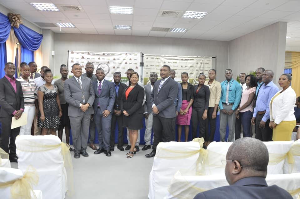 Photo : Groupe d'organisateurs et de gagnants du concours de plan d'affaires organisé dans le cadre du « Projet d'Appui à la Création des PME des Diplômés sur le Territoire National ». - Crédit : MCI